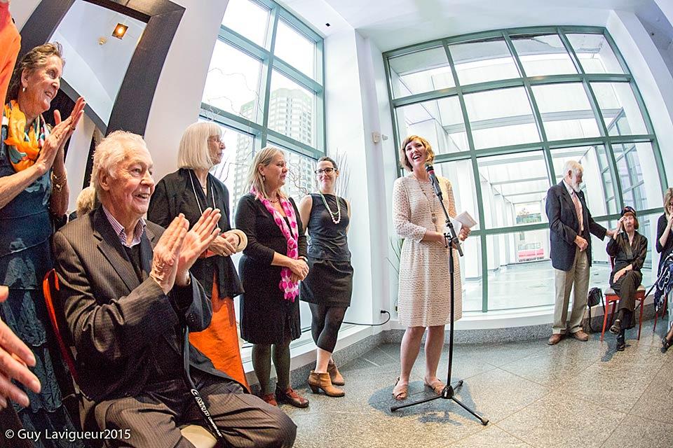 Stanzie Tooth accepte le prix au Musée d'art contemporain de Montréal.