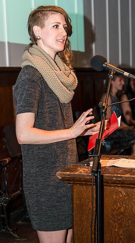 L'artiste Caroline Mousseau annonce la lauréate du prix Plaskett au gala de l'Académie. Photo : Pauline Petit.