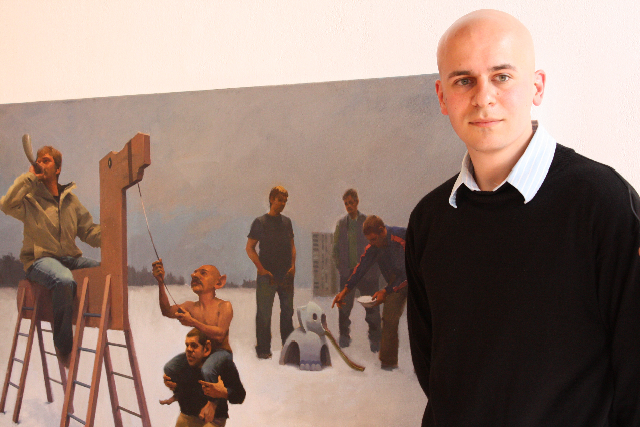 Vitaly Medvedovsky avec un de ses tableaux à la réception de remise du prix, à la galerie Stride.
