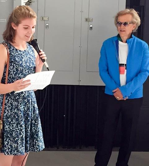 M.E. Sparks accepte le prix remis par Joseph-Richard Veilleux, président de l'Académie.