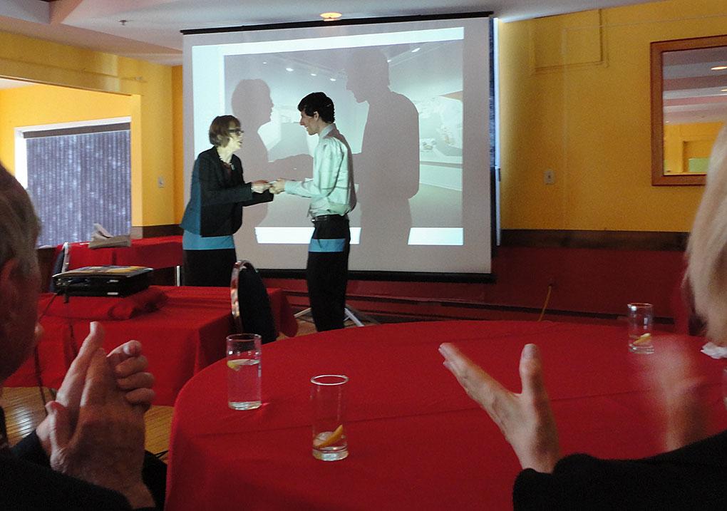 Renée Van Halm remet le prix à Philippe Delisle au nom de l'Académie.