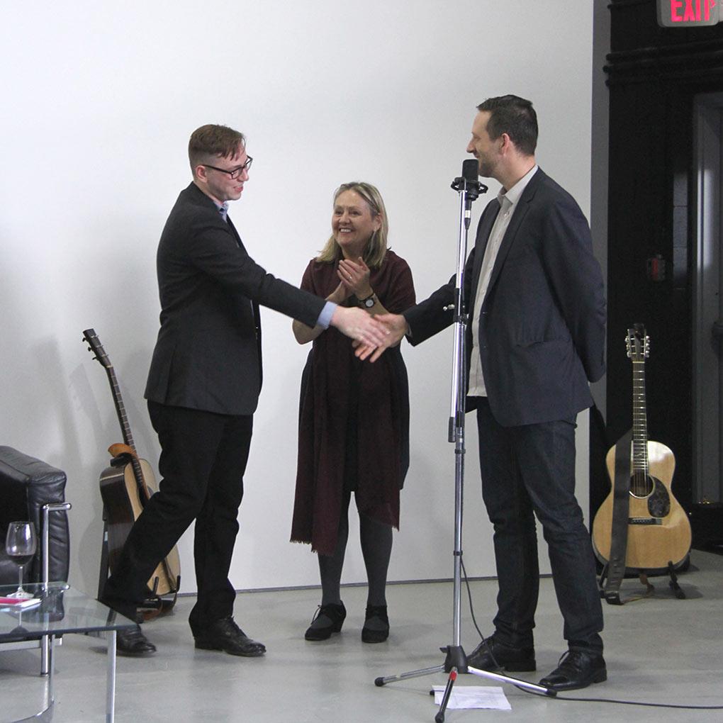 Collin Johanson reçoit le prix des mains du président du jury, Mark Neufeld.