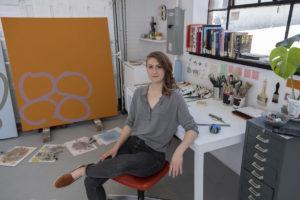 L'artiste peintre Caroline Mousseau dans son atelier. Crédit photo : Richelle Forsey.