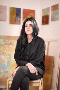 La peintre Azadeh Elmizadeh dans son atelier. Crédit photo : Greg McCarthy.